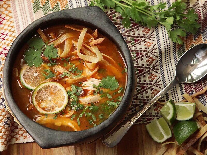 Sopa de lima preparada con pollo, tortilla y cilantro, platillo tradicional de Yucatán, México