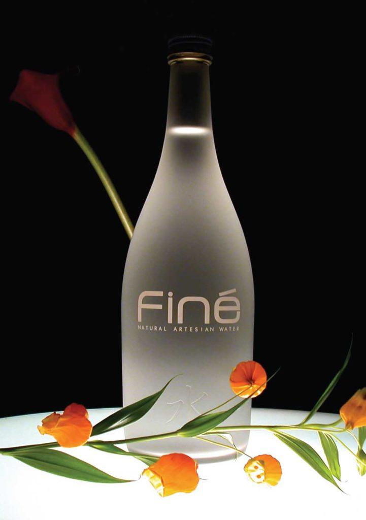 Agua natural mineral artesiana marca Finé de Japón