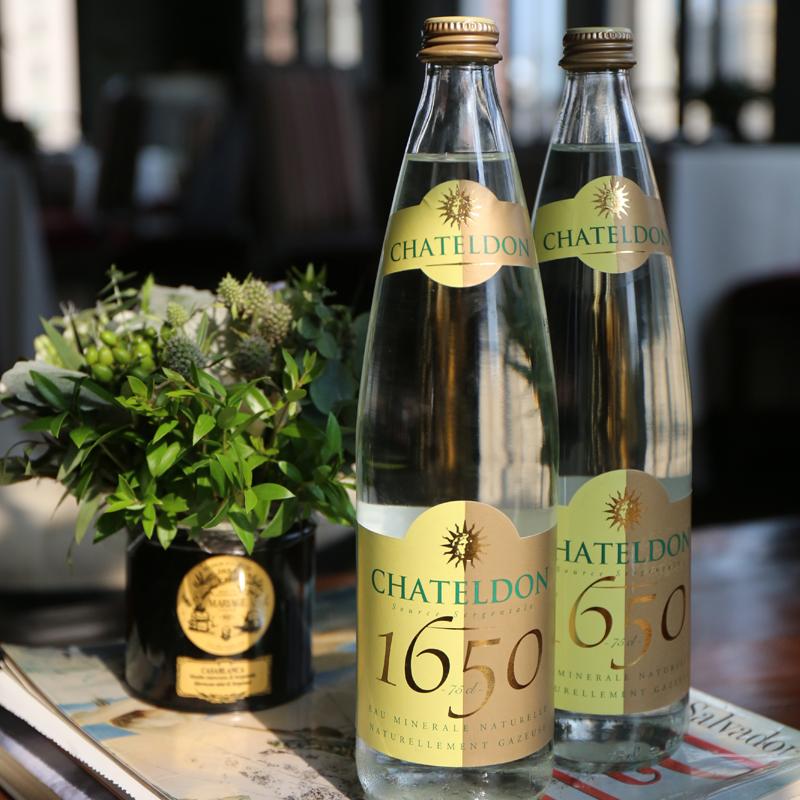 Agua natural mineral marca Chateldon de Versalles Francia