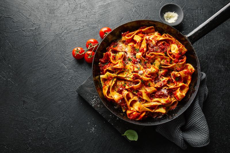 Esta imagen tiene un atributo ALT vacío; su nombre de archivo es italian-spaghetti-with-tomato-sauce-pan.jpg