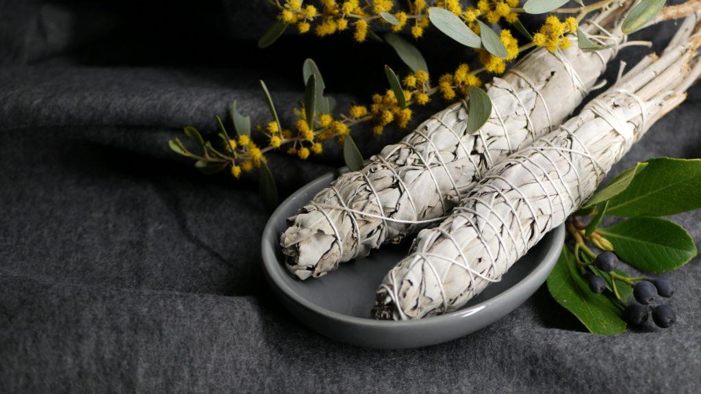 Salvia blanca en sahumerio para purificar el ambiente