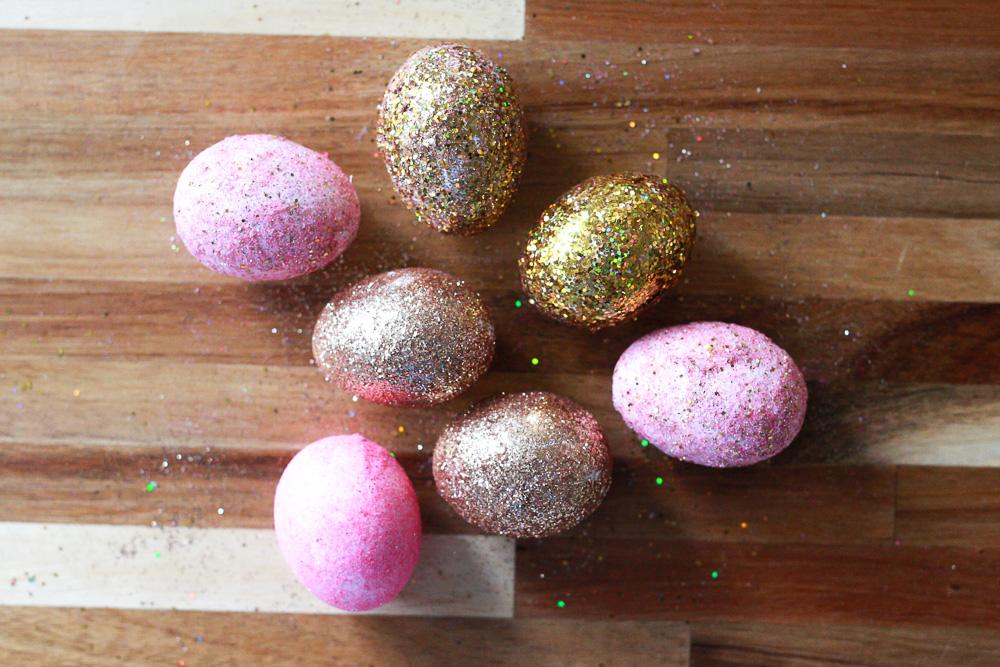 Decoración de huevos de Pascua con glitter