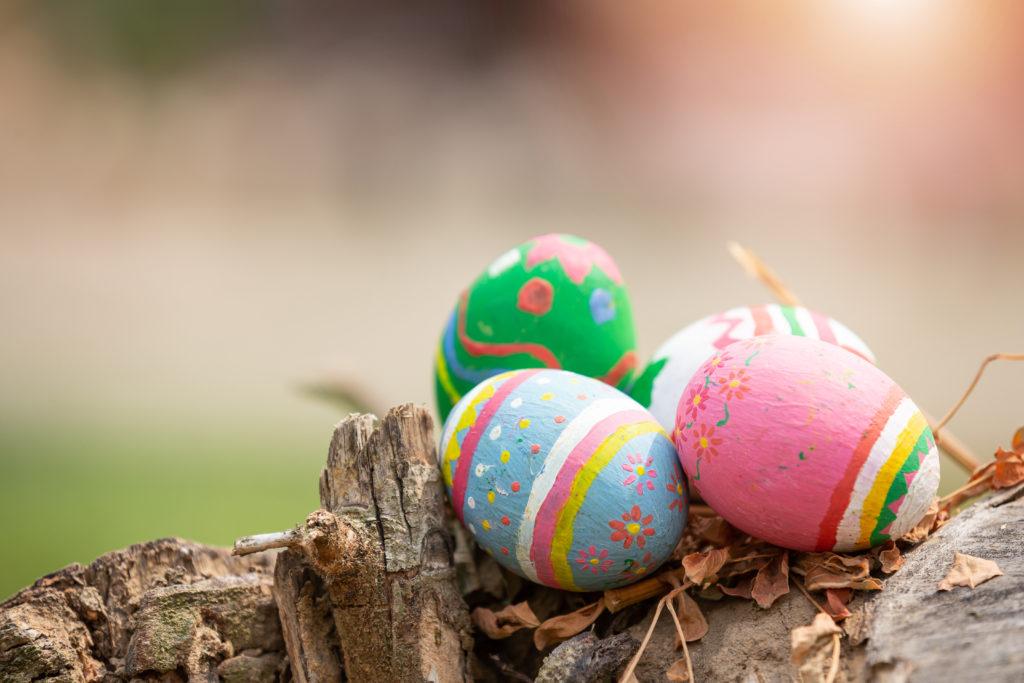 Huevos de Pascua con pintura acrílica en colores pastel