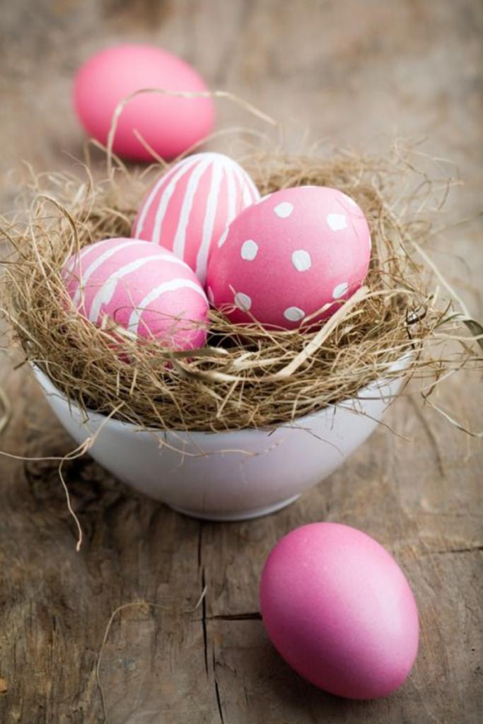 Huevos de Pascua pintados de un solor color, monocromáticos