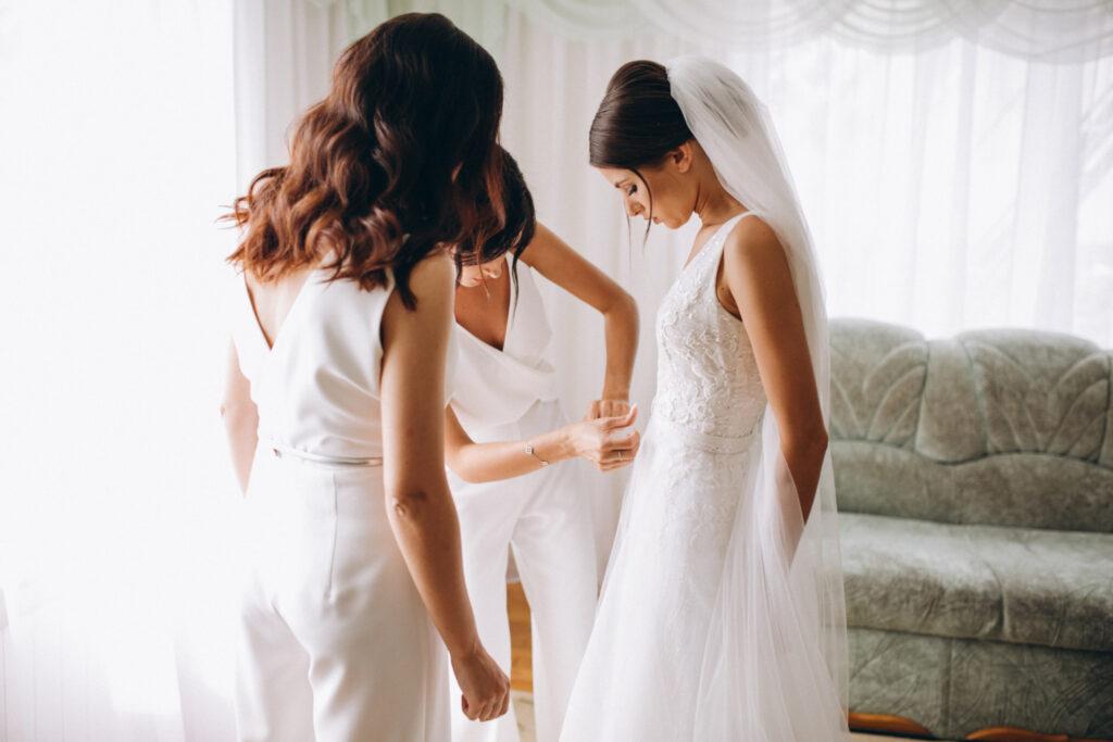 la novia y sus damas de honor preparándose en la Bridal Suite