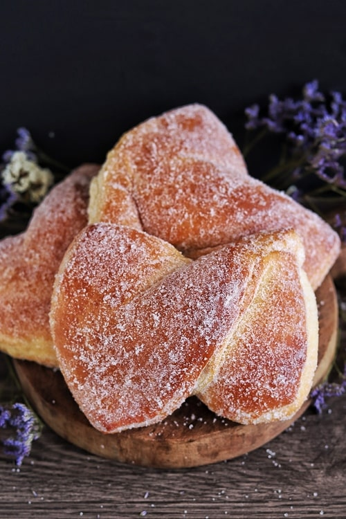 Moño is a type of Mexican sweet bread, very fluffy and covered with sugar.